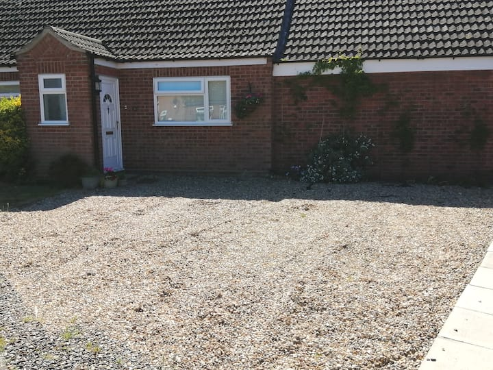 Spacious Double room. 20-25 min walk to Diss