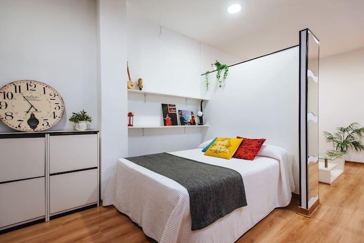 Zona de descanso: cama doble, armario y zapatero
