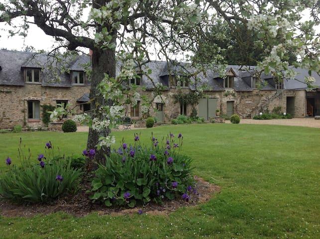 Les Besnardières- Chambres d'hôtes- CLOTILDE- - Champteussé-sur-Baconne - Casa