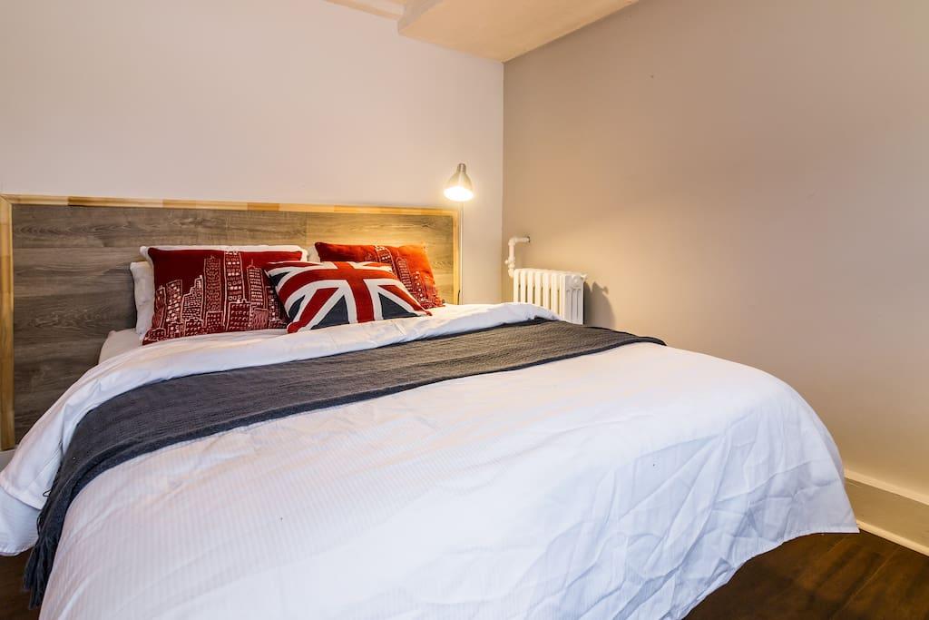 Room 1 Queen size bed
