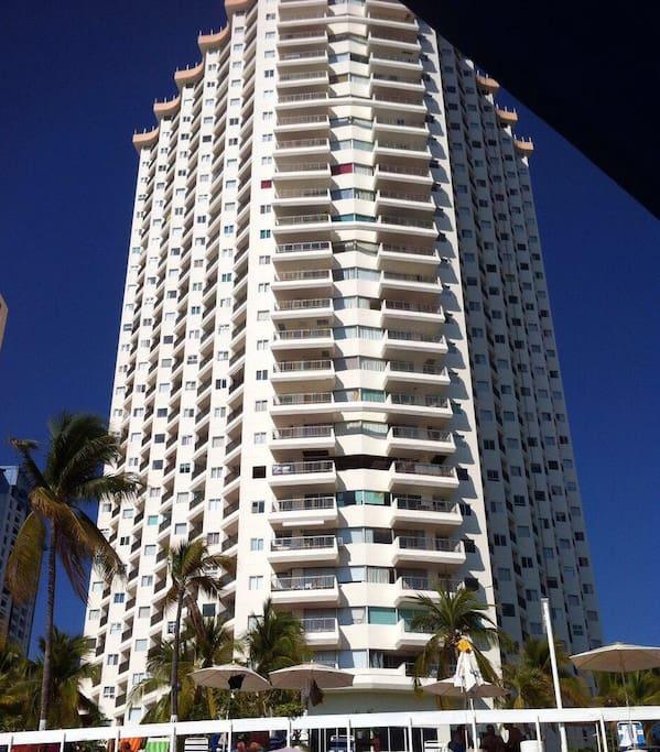 Vista del edificio desde la playa