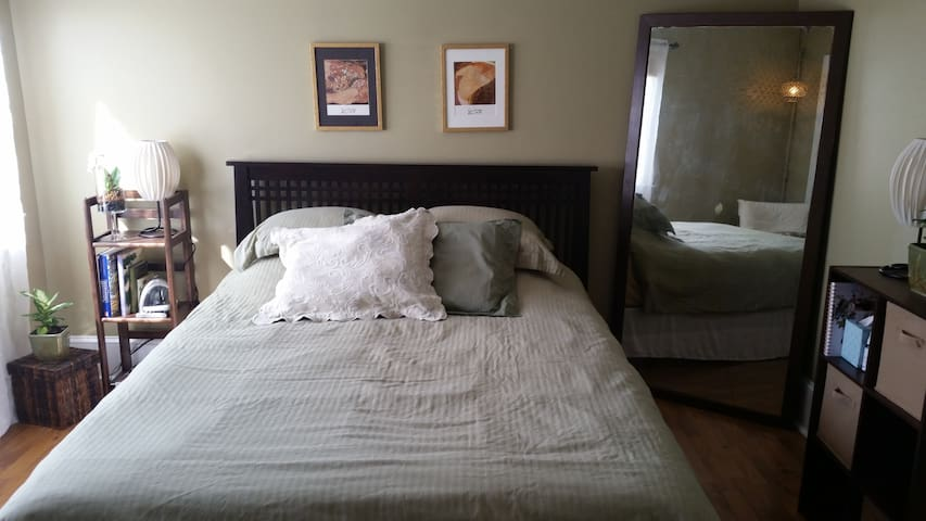Guest Room in Cozy Garden Cottage - Harrisonburg - Huis
