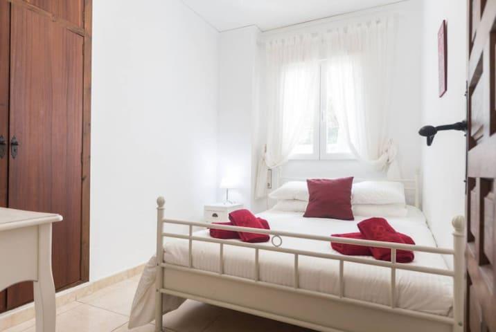 Bedroom 4: Double bed