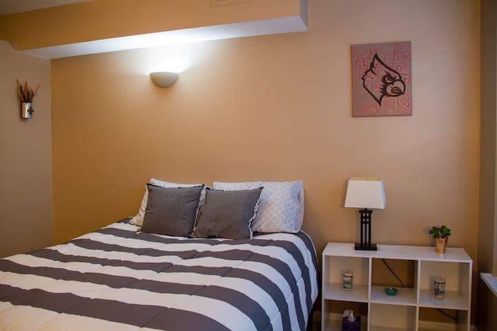 Elegant Second-floor suite in Highlands Townhome