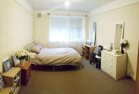 Beautiful bright double bedroom. - London - Lejlighed