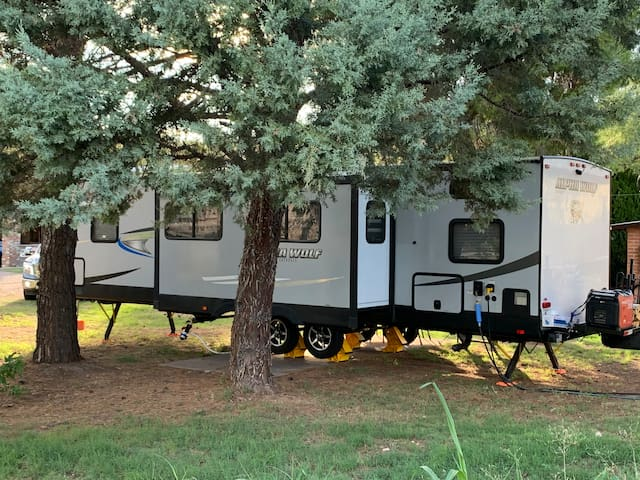 RV/camper sleeps 6 near central Nogales