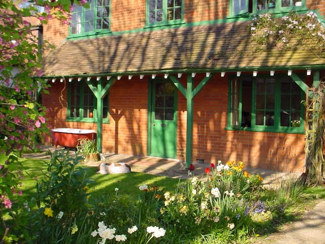 Arts & Crafts New Forest Cottage - up to 20 people