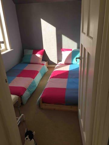 slaapkamer3 twee losse bedden
