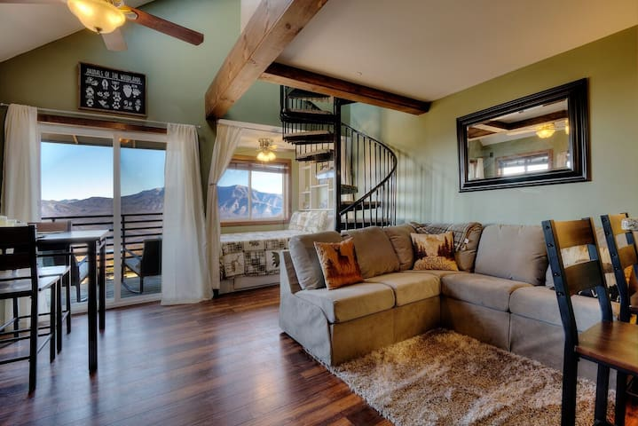 NEW Mountaintop Loft With Breathtaking 180° Views!