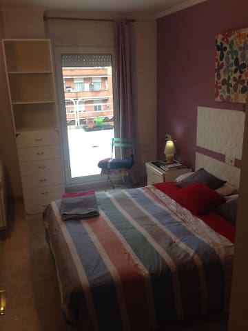 CONFORTABLE Y EXCELENTE HABITACION - Girona - Apartment