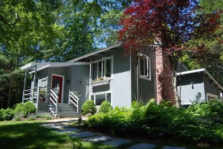 Charming Home Away From Home in East Hampton - Ист Хэмптон - Дом