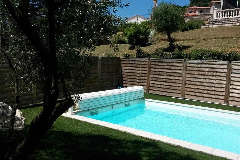 Gazon synthétique autour de la piscine