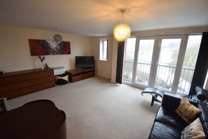 Large 2 Bed Apartment Close to M6