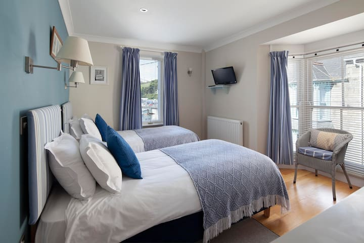 Harbour View - twin ensuite B&B room in Porthleven