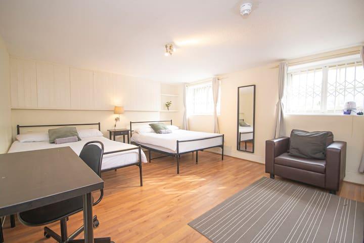 BT2 Premium location, quadruple room Borough