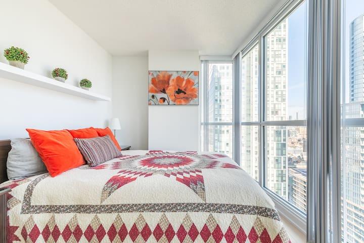 Simply Comfort.Incredible CN Tower View. 2BD+2Bath