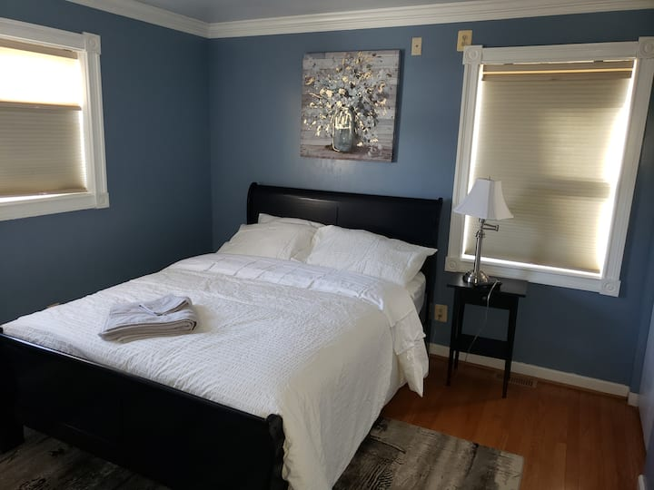 "Cozy bedroom with private bath&TV(14"") 6min to HC"