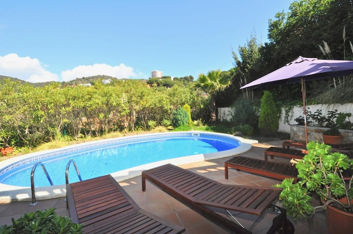 Villa Genova, 500m. to the beach, pool, air conditioning, heating, internet