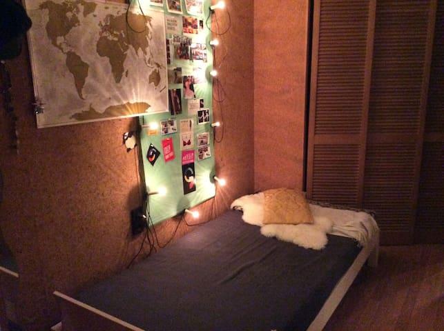 Einfaches Bett in einfacher Unterkunft - Stoccarda - Appartamento