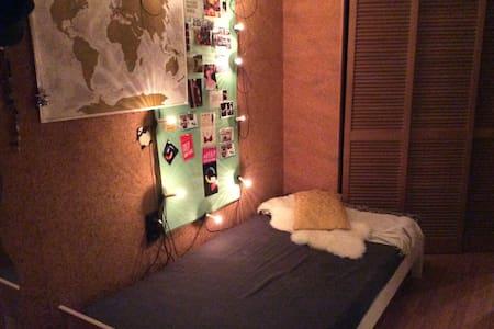 Einfaches Bett in einfacher Unterkunft - Stuttgart - Wohnung