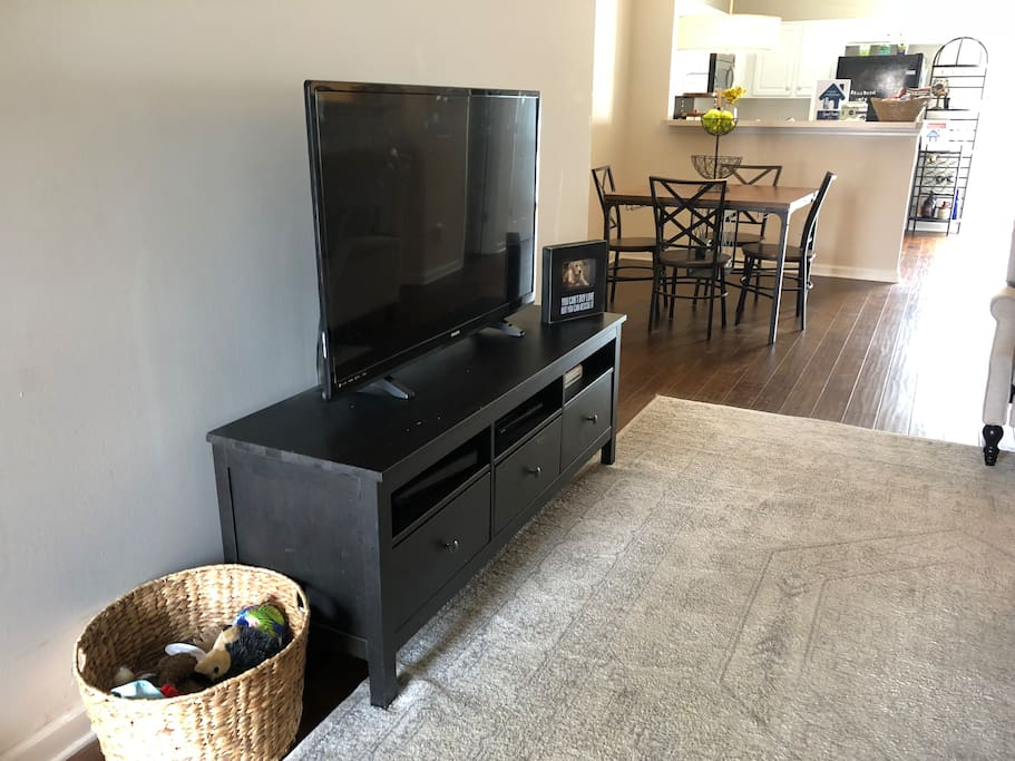 """Living Room with 50"""" flat screen - cabel and ROKU available for use"""