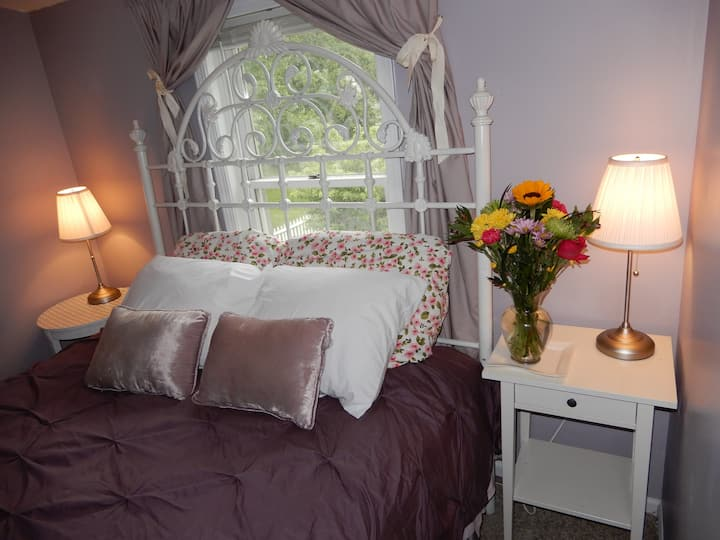 Guest Room with Queen Bed and Private Bathroom