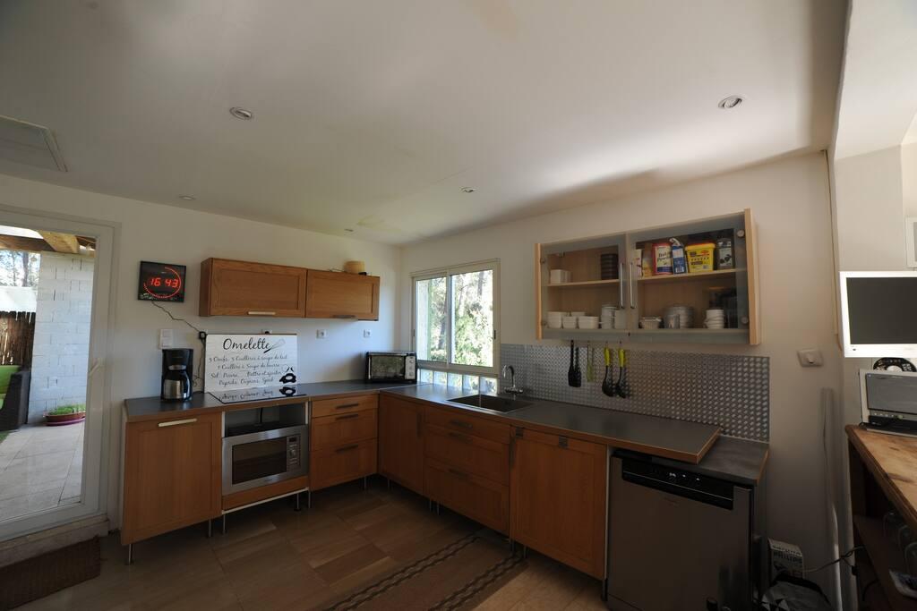 Grande cuisine ouverte donnant sur une terrasse de 15m².