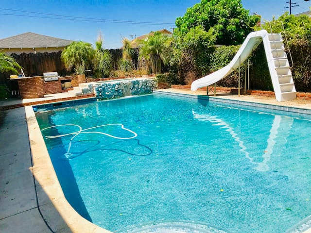 Great Value with Swimming Pool for up to 9 guests!