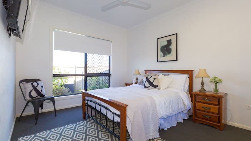 10 mins to CBD Queen Bedroom