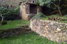 Vieux puits breton dans le jardin