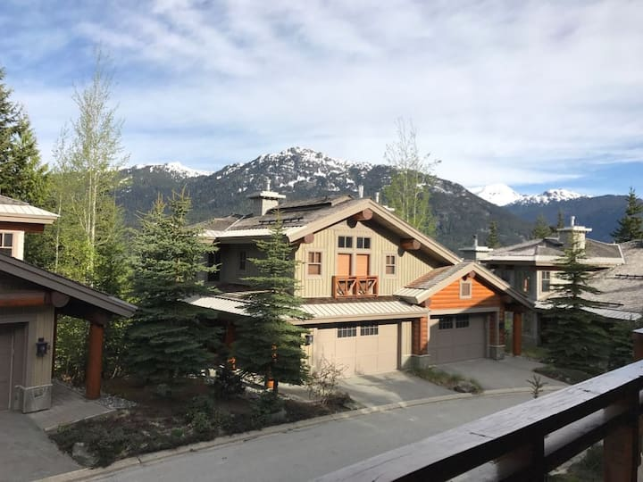 3 Bedroom Home with Hot Tub, Ski-in/out & Views