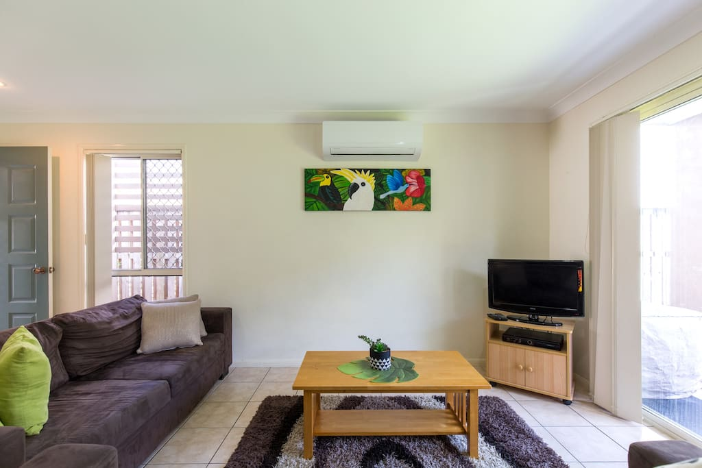3 seated lounge plus double sofa bed, reversed air/con, Foxtel. DVD and Free Wifi