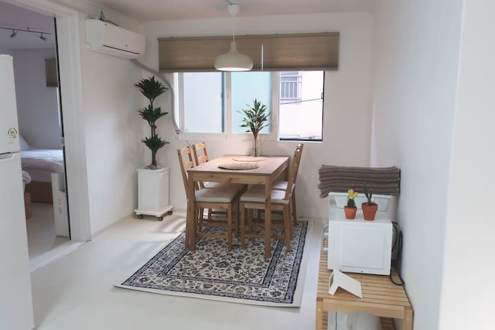 Cozy flat near Hongik University Stn.