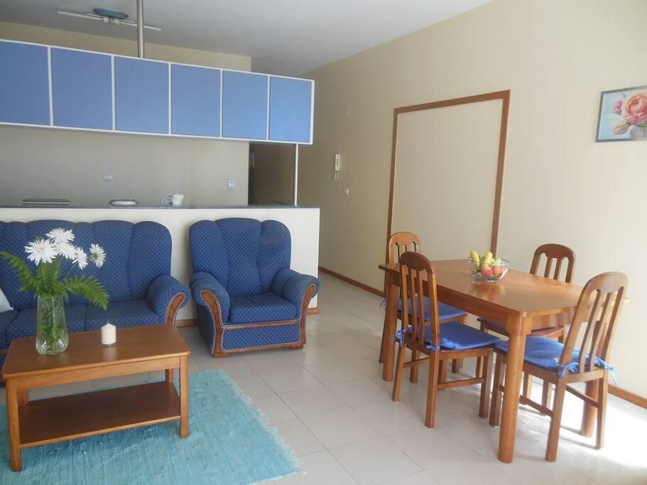 Moderner Wohnraum mit offener Kücheneinheit