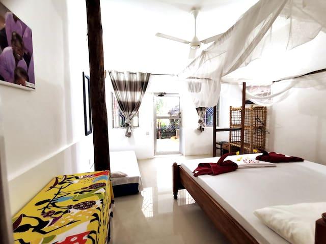 Chambre Cinamon sur la plage dans villa vue mer