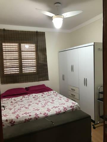Quarto de casal com 2 armários, Ventilador de teto, espelho e escrivaninha