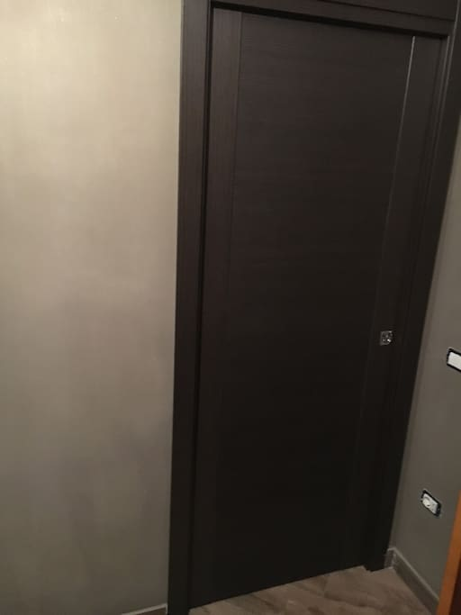 porta scorrevole camera, si chiude solo dall'interno, esternamente non è possibile chiuderla ma in casa c'è solo l'host che ha una sua camera e un suo bagno, estrema sicurezza e affidabilità, le finestre e le porte sono blindate e sicure