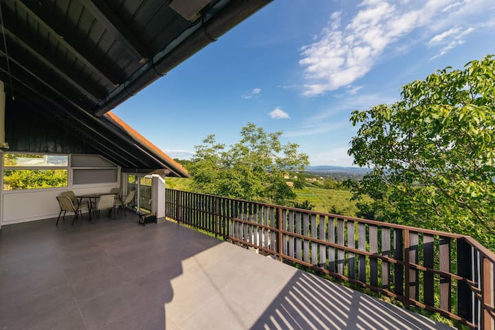Cosy Hill Home Rucman With a Breathtaking View