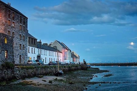 The Long Walk @ The Spanish Arch - Galway - Byt