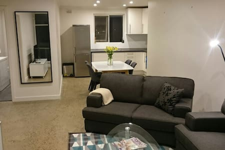 Sunny beach side apartment - Glenelg