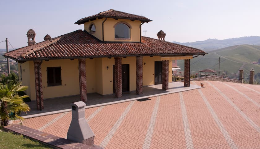 A Beautiful House on a Hilltop with a 360° View - Castiglione Falletto