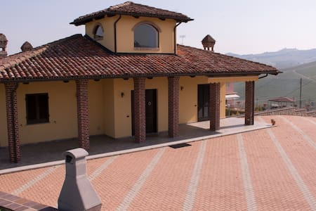 A Beautiful House on a Hilltop with a 360° View - Castiglione Falletto - 独立屋
