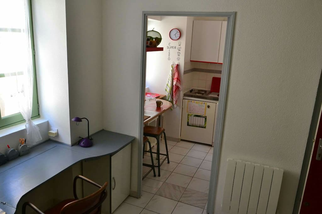 Cuisine et piece à vivre séparée, deux fenetres rendent ce studio, au deuxieme étage, lumineux et agréable
