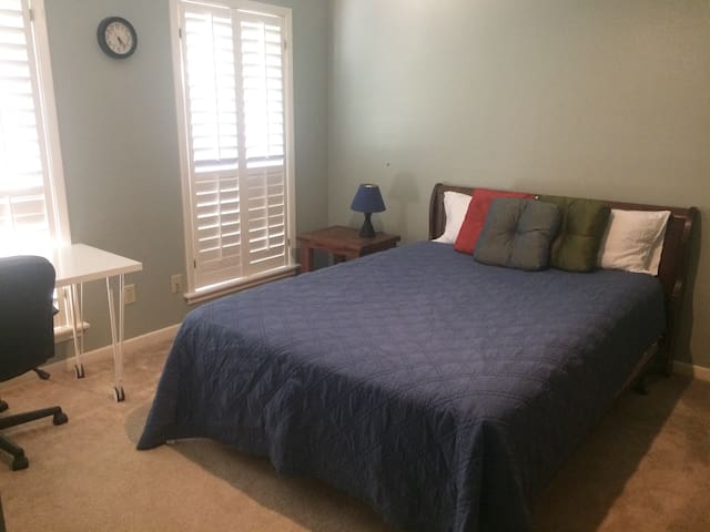 Private room in a quiet neighborhood - College Station - House