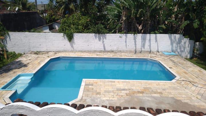 Casa grande com piscina próx a praia!
