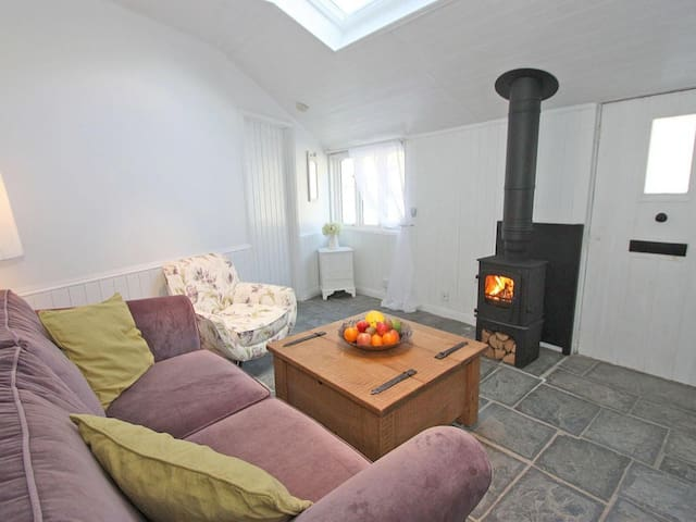 SMUGGLERS COTTAGE, with open fire in Tintagel, Ref 959566