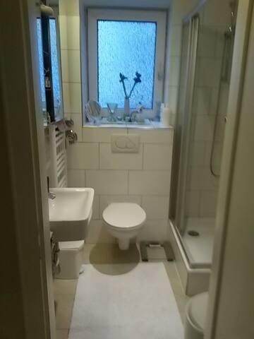 Das Bad ist klein und sauber.
