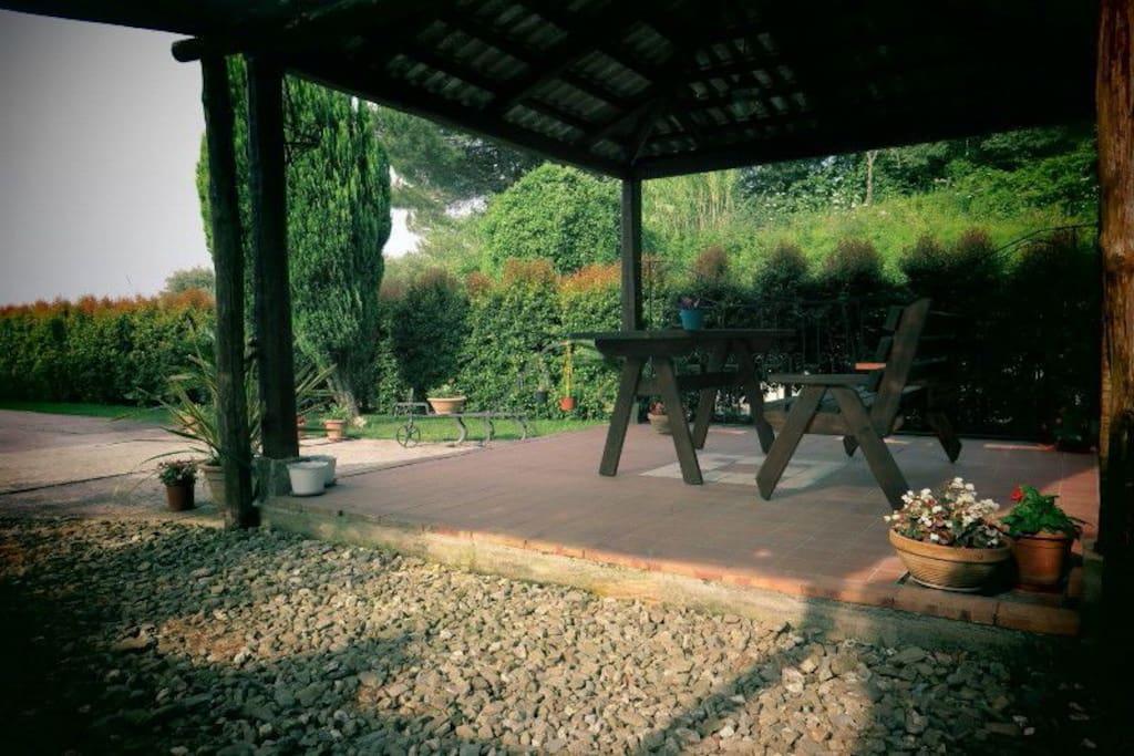Gazebo con barbecue in giardino