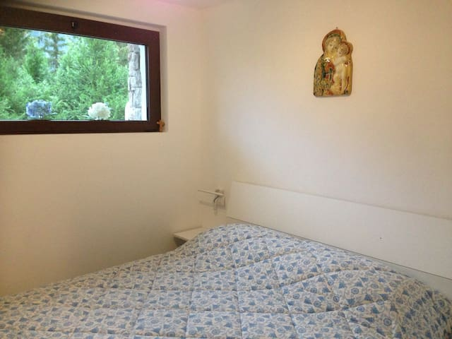 Camera da letto matrimoniale con vista sul giardino