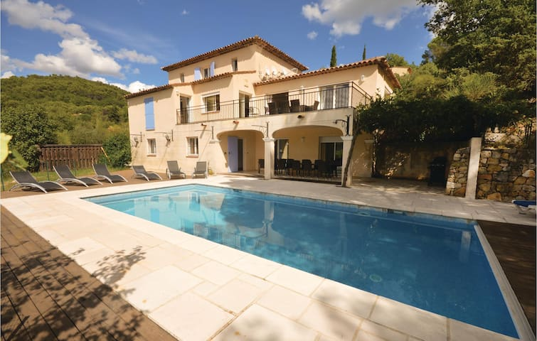 Holiday cottage with 5 bedrooms on 300m² in Fayence